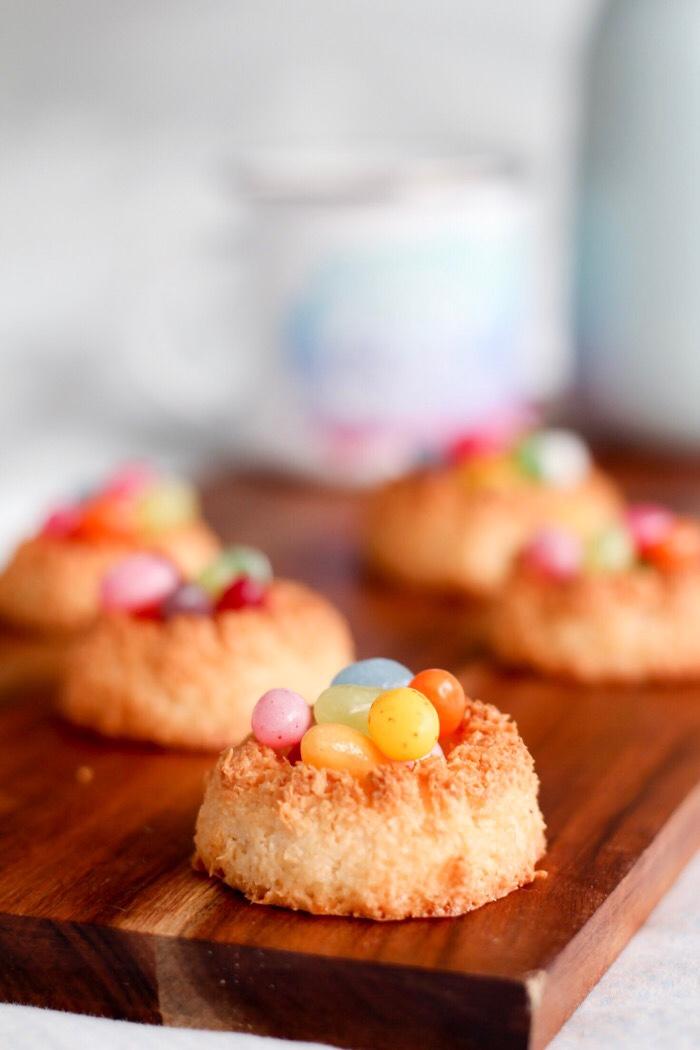 kleurrijke kokos paasnestjes kokosmakronen recept simpel recept kokosmakronen simpel paasrecept