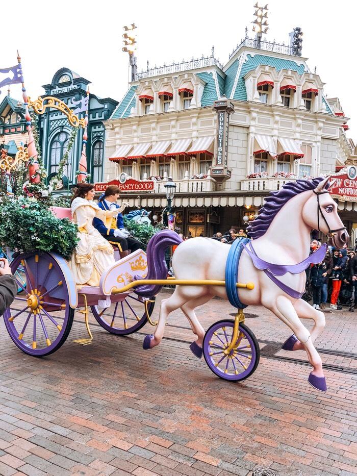 hoofdrol krijgt en bezoekers meeneemt op een reis door vele Disney films.